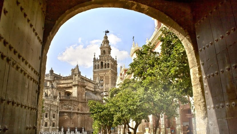 Come on a guided sightseeing trip in Seville and see the Cathedral and Juderia